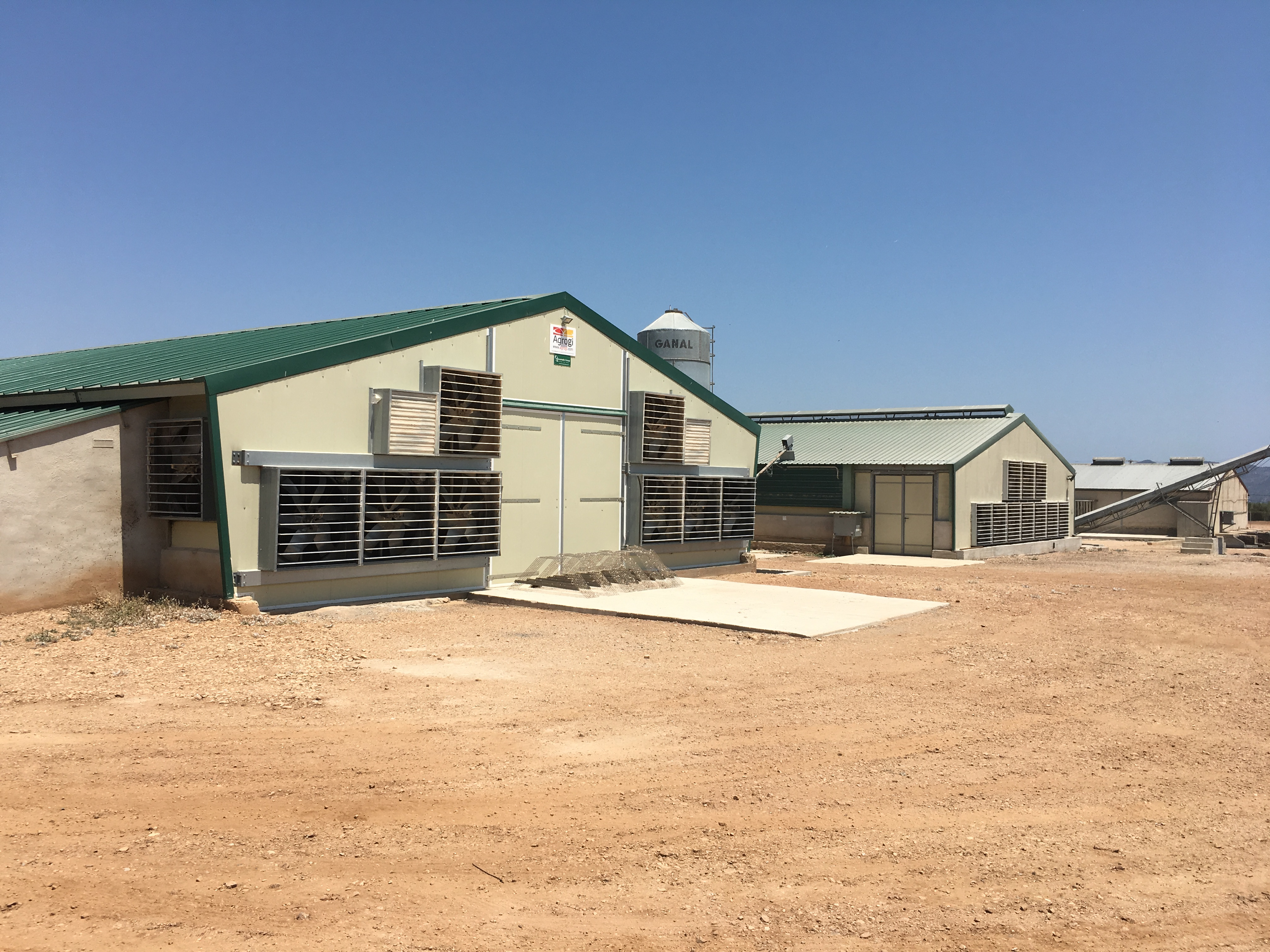 Remodelling and adaptation of our poultry rearing units at the latest technology
